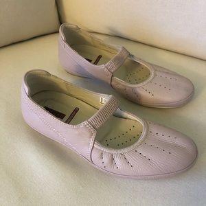 Ecco Light Pink Shoes